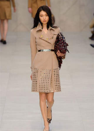 Burberry catalogo moda donna tendenze vestiti 2013-2014